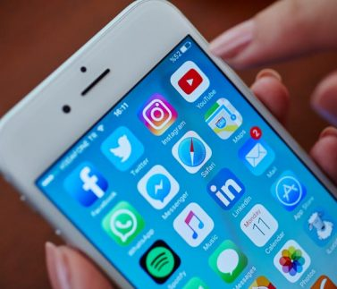 mao-segurando-celular-smartphone-redes-sociais-youtube